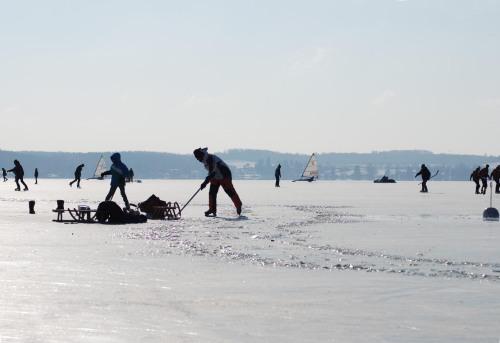 Eislaufen und Eissurfen am Wörthsee